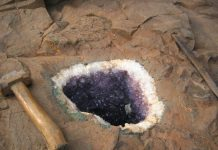 Amethyst-Geode in the parent rock