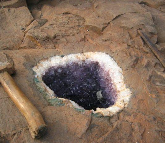 Amethyst-Geode in the parent rock