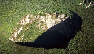 cerro-sarisarinama-sinkholes