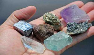 what is the difference between a mineral and a mineraloid geology