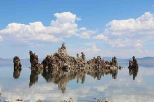 Tufa columns, Mono Lake, Eastern Sierra, California. Credit: Vezoy/Wikipedia