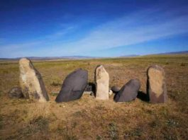 A photo of the stone men (Chimulchek Culture) in the steppe area of Altai Mountains. These figures are characteristic of the peoples who lived in the area around the time of occupation at Tongtian. These specific examples are located at the Chimulchek site (ca. 4000 years old) and not far from Tongtian Cave. Ceramic sherds from the cave suggest that the occupants in the cave shared similar cultural traits to other people in the region. Credit: Jianjun Yu