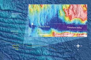 The Atlantis II fracture zone in the southwestern Indian Ocean with a zoom on the northern corner. The greater water depth in the transform valley is clearly visible. As the plates move, magmatism in the corners refills the deep transform valleys so that the adjacent fracture zones are shallower. Graphic: Christoph Kersten/GEOMAR according to Grevemeyer et al., 2021